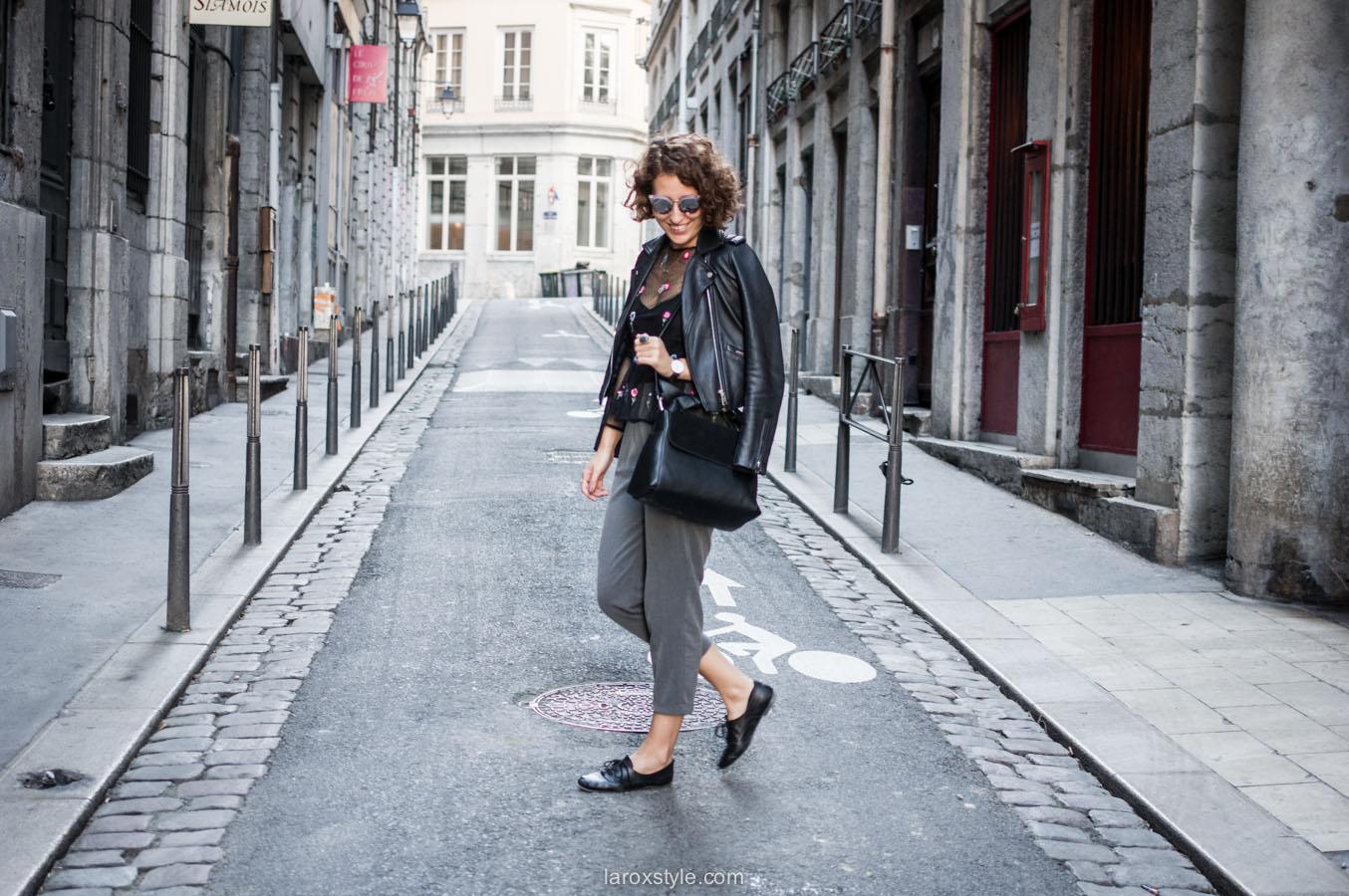 look pantalon gris - perfecto cuir - top broderies - laroxstyle blog mode lyon-1