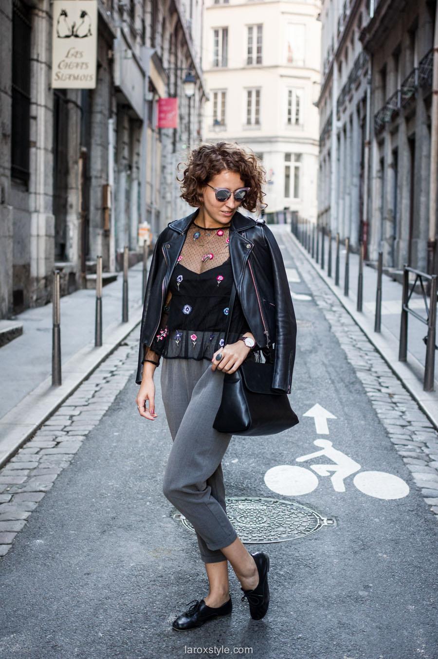 look pantalon gris - perfecto cuir - top broderies - laroxstyle blog mode lyon-2