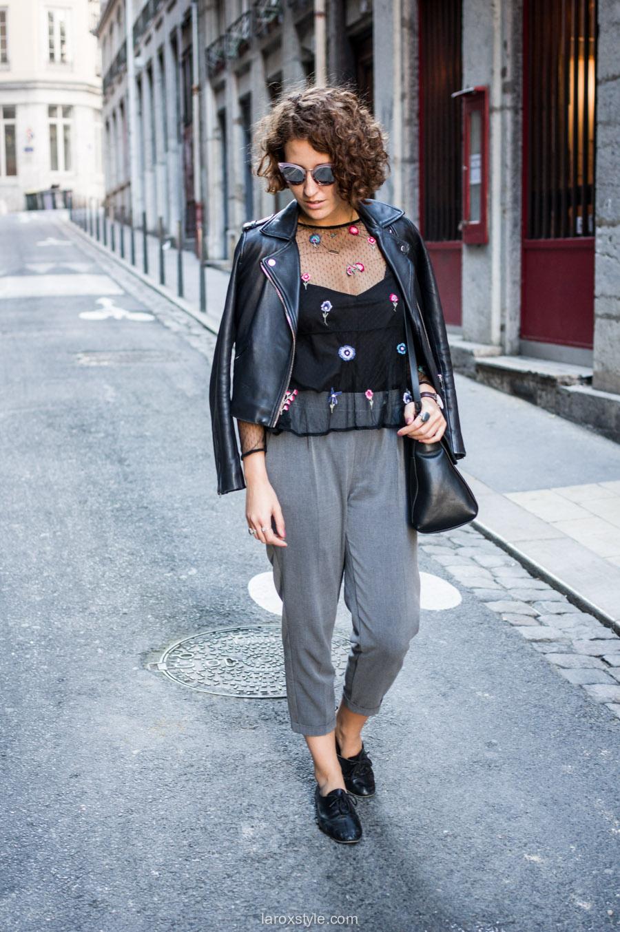 look pantalon gris - perfecto cuir - top broderies - laroxstyle blog mode lyon-3