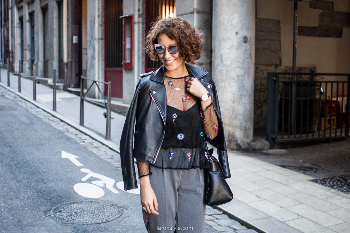 look pantalon gris - perfecto cuir - top broderies - laroxstyle blog mode lyon-5