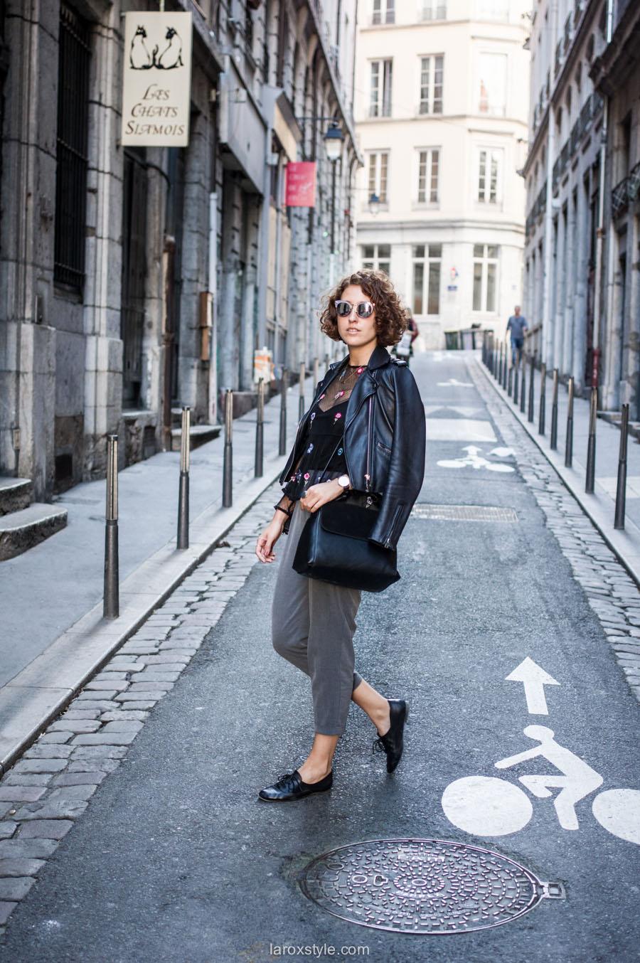 look pantalon gris - perfecto cuir - top broderies - laroxstyle blog mode lyon-6