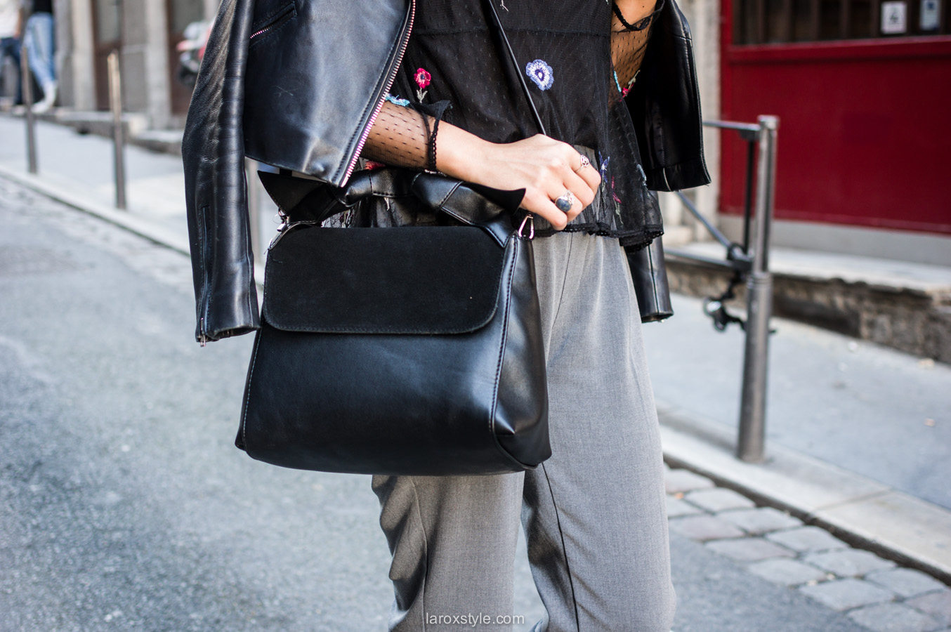 look pantalon gris - perfecto cuir - top broderies - laroxstyle blog mode lyon-7